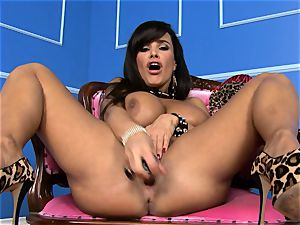 jaw-dropping Lisa Ann inserts her dildo deep in her wet muff